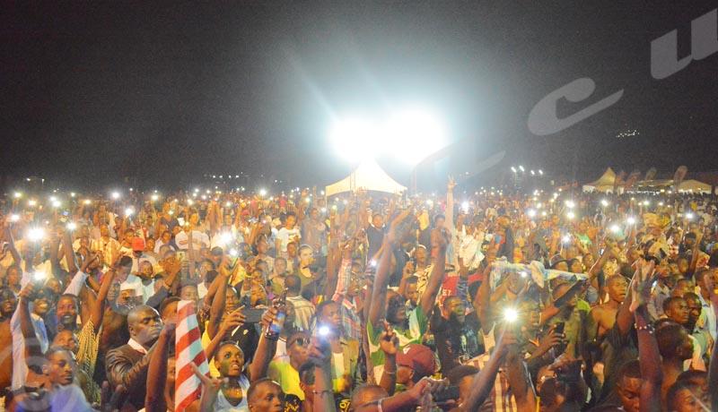 Dimanche, 5 août 2018 - La foule exulte alors que le chanteur burundais Aboubakar Bizimana dit Sat-B chante lors du concert Buja Light up organisé par l'association Burundi bwacu  ©Désiré Sindihebura/Iwacu