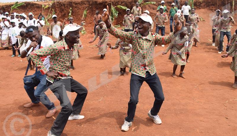 Des imbonerakure dansent à Masanganzira en commune Kiremba de la province Ngozi. C'était le samedi 18 août lors de la journée dite