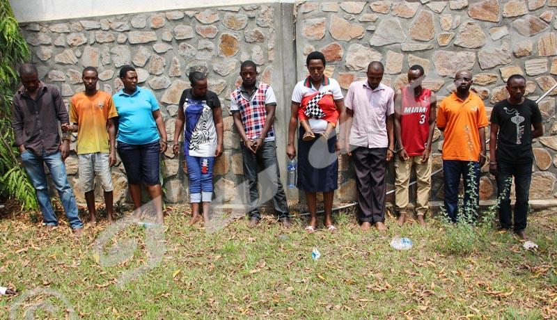 Mardi, 28 août 2018 -  10 bandits à main armée sont détenus au Service national de renseignement. Deux voiture et le matériel qu'ils utilisent ont été saisis ©Onesphore Nibigira/Iwacu