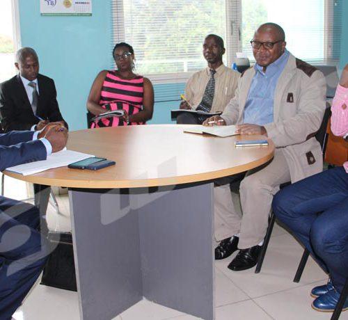 Mercredi, 10 octobre 2017 - Frédéric Nahimana (à gauche), ministre de la la Communication et des médias, en compagnie de quelques cadres du ministère a effectué un visite au sein du Groupe de Presse Iwacu. Il s'est entretenu avec les responsables d'Iwacu dont le directeur des rédactions (2ème à droite) et son adjoint (1er à droite). Une visite de travail selon le ministre de tutelle ©Onesphore Nibigira/Iwacu