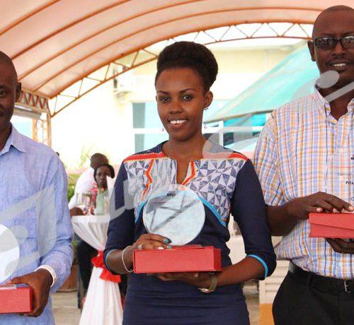 Vendredi, 23 novembre 2018 - Clarisse Shaka, journaliste d'Iwacu remporte le prix média organisé par le CICR Burundi à l'endroit des journalistes. Avec une note de 16,5 sur 20, la journaliste a concouru dans la catégorie presse écrite. Dans la section radio, le gagnant est Ferdinand Bahwa de CCIB FM+ (gauche), tandis que Richard Ngendakuriyo de Nderagakura a eu la mention spéciale. Les cérémonies ont eu lieu à l'hôtel Belair  ©Onesphore Nibigira/Iwacu