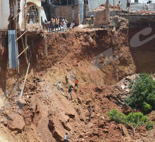 Jeudi, 28 mars 2019 - Un ravin détruit systématiquement des constructions au quartier Kinanira II de la zone de Musaga. Une partie de l'école a été emportée. La route goudronnée traversant le quartier est à 5 m du ravin. ©Rodrigue Murerwa/Iwacu
