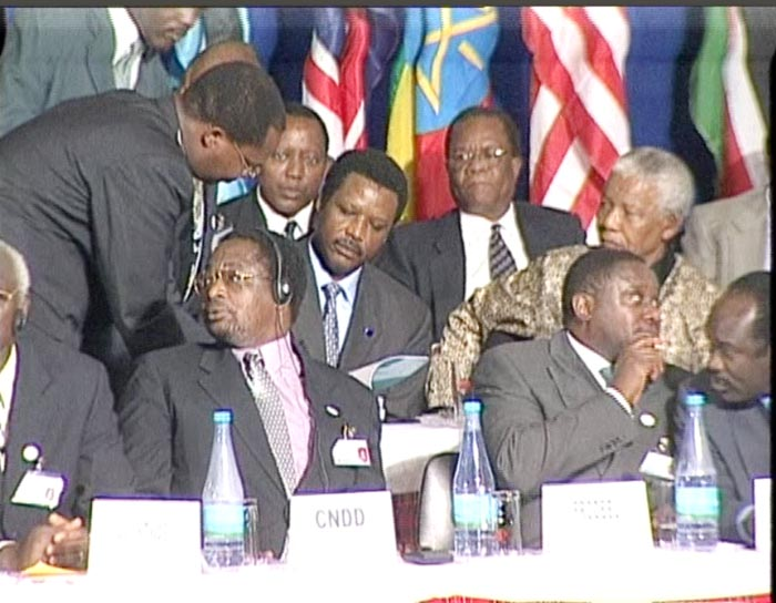 Buyoya signe l'Accord d'Arusha sous le regard attentionné de Mandela ©Iwacu