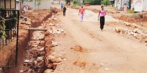 Certaines parcelles n'ont pas été morcelé sur la  6ième avenue (Nyakabiga II). La preuve est que les poteaux électriques sont à l'intérieur contrairement aux normes ©Iwacu