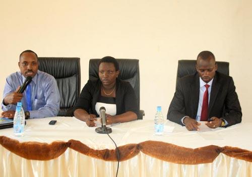 De gauche à droite : Gordien Niyungeko, Dr Jeanine Ayinkamiye et Me Janvier Bigirimana ©Iwacu