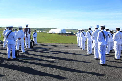 Des militaires rendent hommage à Mandela ©Iwacu