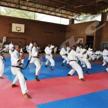 Des karatékas durant une séance d'entraînement dans le dojo national.