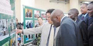 L'ambassadeur de la République Populaire de Chine présente au ministre burundais des Relations extérieures les photos exposées ©Iwacu