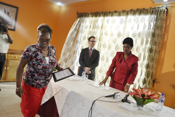 La journaliste Elyse Ngabire du Groupe de Presse Iwacu gagnante du   Prix Genre et Médias, édition 2013 ©Iwacu