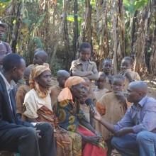 Quelques femmes Batwa de la colline Nyakibari, commune Kayokwe, province Mwaro s'expriment sur la Commission Vérité Réconciliation (CVR) ©Iwacu