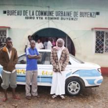 Les trois voleurs devant le taxi ©Iwacu