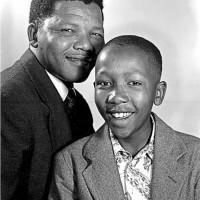 Nelson Mandela et son fils Madiba Thembekile. Thembi Mandela a été tué dans un accident de voiture le 13 Juillet 1969, à 23 ans alors que son père était en prison à Robben Island