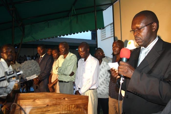 Oscar Ndayizeye prononçant un discours au nom de la succession Bihome présente à ses côtés ©Iwacu