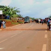 Tension dans le site des déplacés de Ruhororo : la population en bas de la route, les forces de l'ordre en haut ©Iwacu