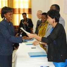 Un lauréat en train de recevoir son diplôme ©Iwacu