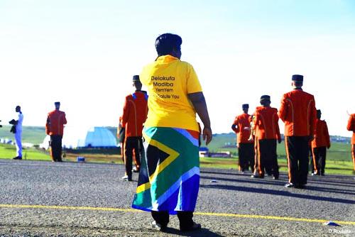Une militante de l'ANC attendant le corps de Mandela a Qunu ©Iwacu