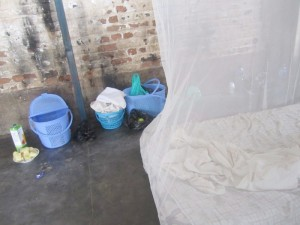 A droite, le lit sur lequel dort le détenu ©Iwacu