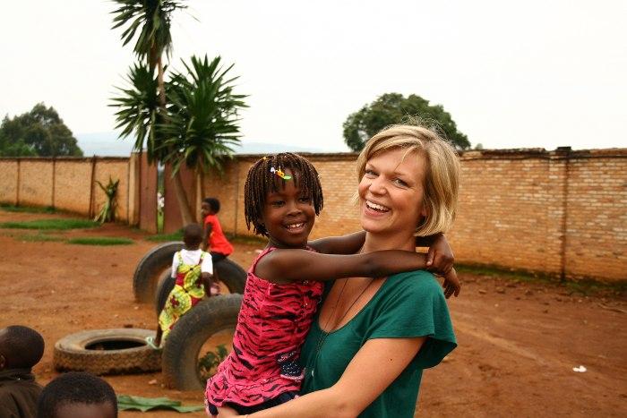 Luisa Wawrzinek with Burundian kids ©Iwacu