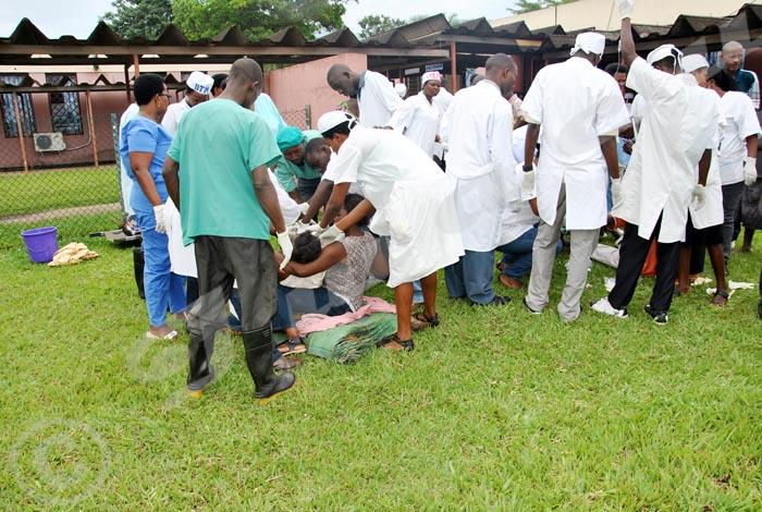 Des blessés en train de recevoir des soins à l'hôpital Roi Khaled
