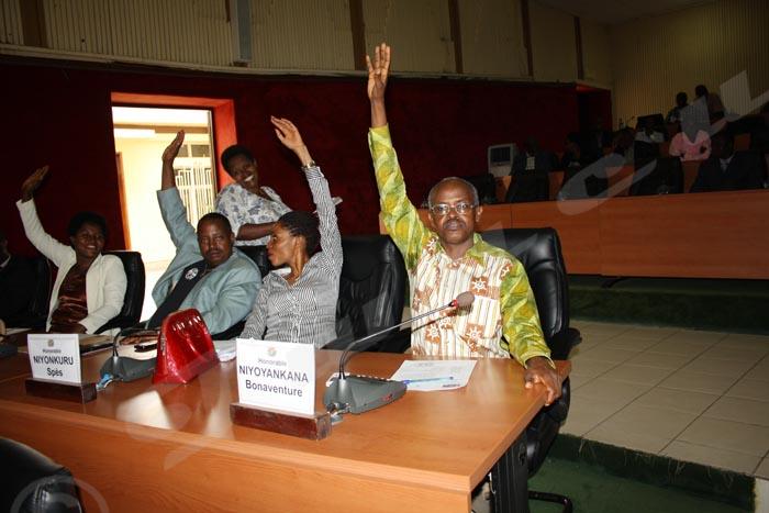 Bonaventure Niyoyankana, le seul élu Uprona présent à Kigobe a bel et bien levé la main en faveur de Prosper Bazombanza comme  premier vice-président