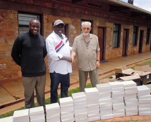 Antoine Kaburahe avec Bernard Lesay dans la cour du couvent avec les livres et cahiers ©Iwacu