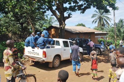 La police se déploie sur la colline et procède aux fouilles perquisitions dans les maisons et opèrent des arrestations sous le regard ému de la population de cette colline ©Iwacu