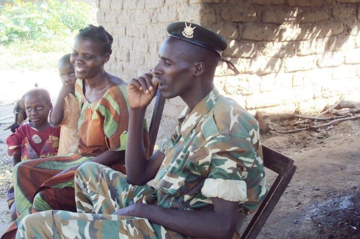 Un militaire burundais à Kiliba Onds avec une famille congolaise. Photo prise le 22 avril 2014