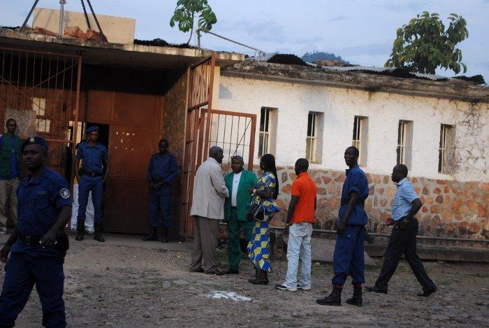 Cour extérieure de Mpimba : Hilaire Ndayizamba acceuille M.Mbonimpa ©Iwacu