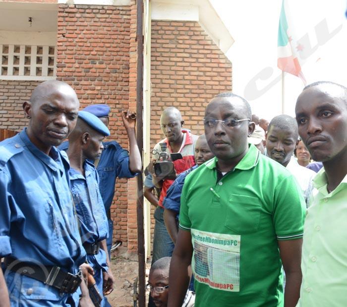 Pacifique Nininahazwe, président du Focode empêché d'accéder dans la cour intérieure du tribunal de Grande Instance de la mairie de Bujumbura ©Iwacu