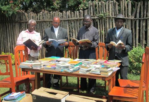 Les directeurs bénéficiaires avec une petite partie du don ©Iwacu