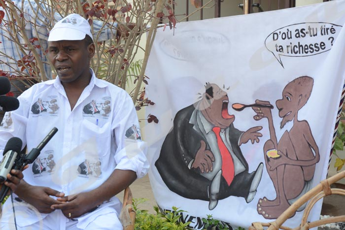 Mercredi, 16 juillet 2014 - Gabriel Rufyiri allait manifester avec un étendard, un chapeau et des habits comportant le même dessin A.K/Iwacu