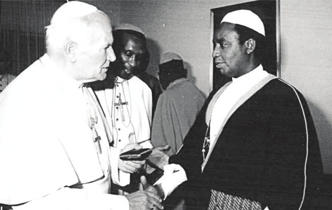 Échange de cadeaux entre Sa Sainteté le Pape Jean-Paul II et El Hadj Hassan Rukara, Représentant légal de la Comibu, lors de sa visite au Burundi en 1990 ©dr