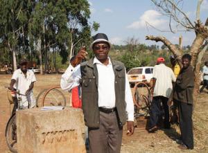 Dionise Rukobe, à côté du poteau 34 qui sert de démarcation de la frontière burundo-tanzanienne ©Iwacu
