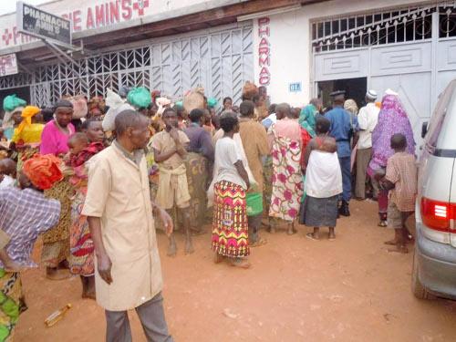 Une foule des demandeurs d'aumônes devant une pharmacie de la ville de Gitega ©Iwacu