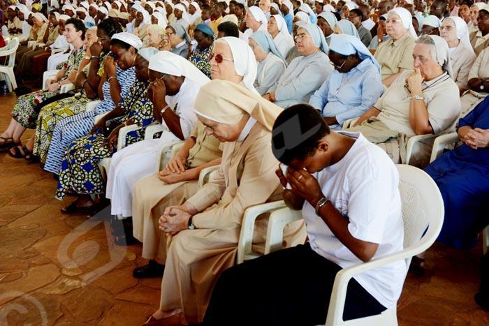 Mercredi, 10 septembre 2014 - Larmes aux yeux, elles sont venues rendre hommage à leurs consœurs © A.K/Iwacu