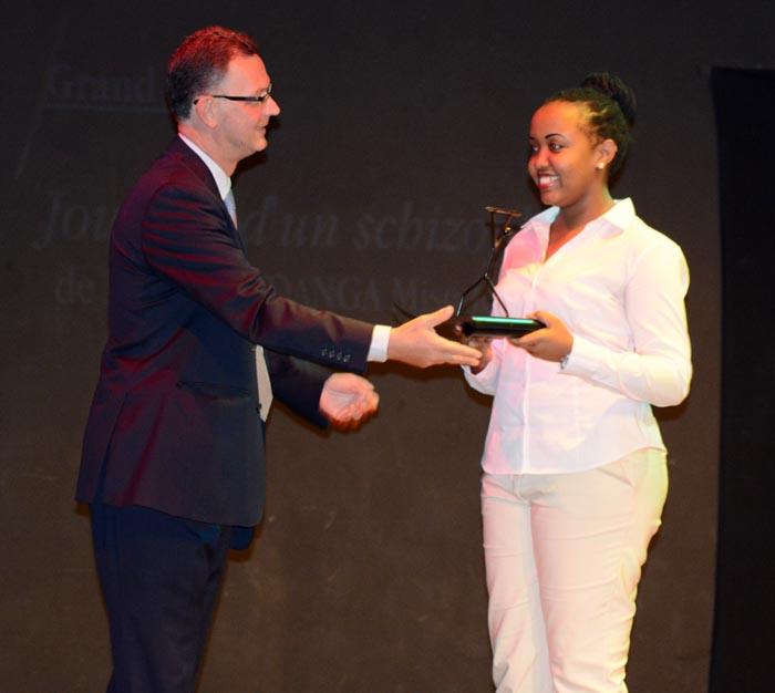 L'ambassadeur de France au Burundi décernant un trophée à Jessica Musanindanga, gagnante du prix Michel Kayoya ©Iwacu