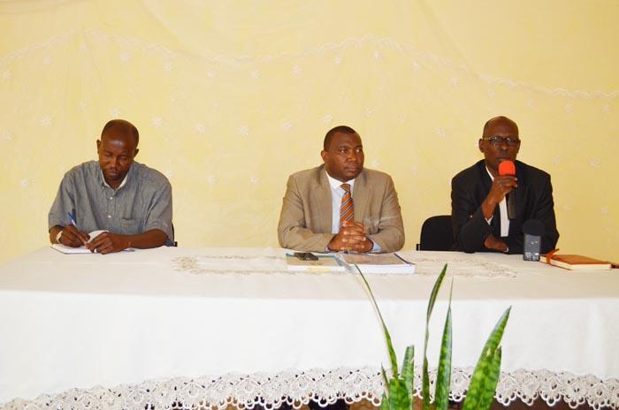 Frédéric Havyarimana (à gauche), lors de la rencontre avec le commissaire général de l'OBR (au milieu). A droite, le conseiller économique du gouverneur de ©Iwacu