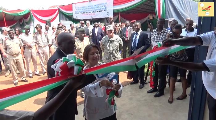 Coupure du ruban par l'ambassadeur des Etats-Unis au Burundi et le ministre de la défense nationale ©Iwacu