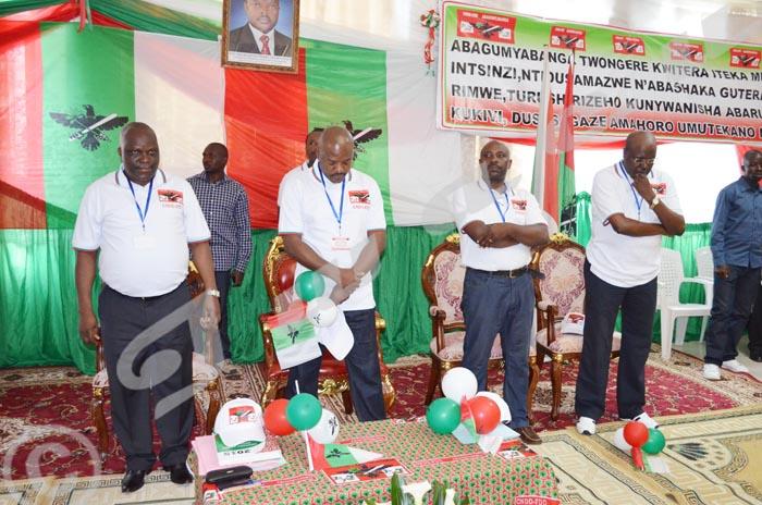 Le président Nkurunziza et les tenors du parti pendant prière débutant le congrès ©Iwacu