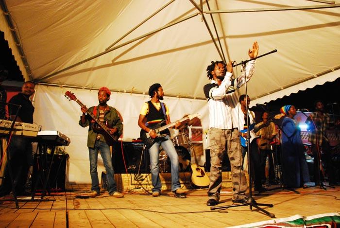 Lion Story, l'icône du reggae de Gitega, sur scène ©Iwacu