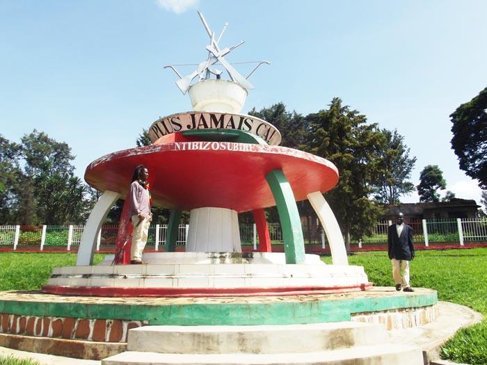 Monument « Plus jamais ça » de Gitega, conçu par le rasta Arsène ©Iwacu