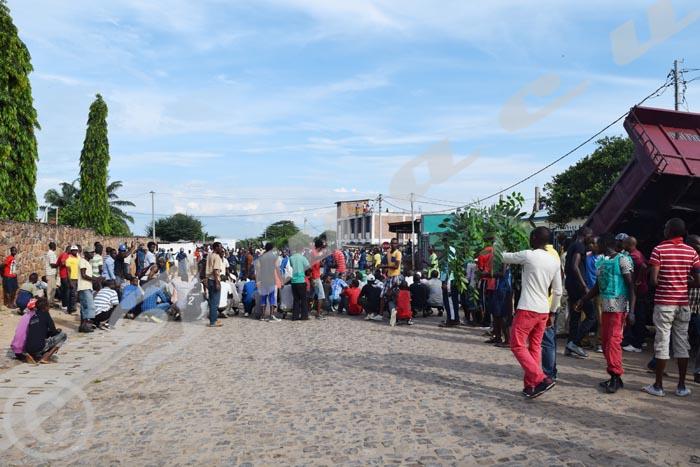 Des groupes de jeunes se sont rassemblés  depuis ce matin à Nyakabiga ©Iwacu