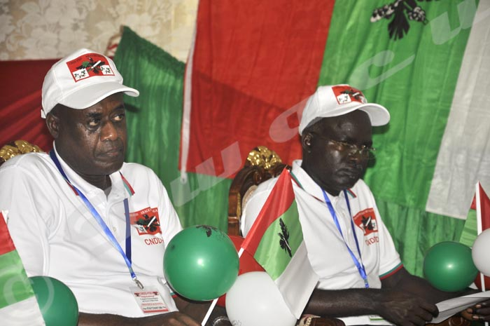 L'Hon. Pie Ntavyohanyuma et le deuxième vice-président de la République, Gervais Rufyikiri lors du Congrès spécial de ce 25 avril ©Iwacu