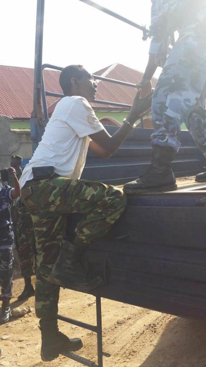 Après arrestation, le général-major Cyrille Ndayirukiye est embarqué dans un camion de police