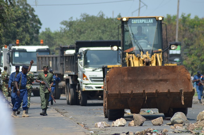 C'est un engin routier des Setemu (Services techniques municipaux) et plusieurs camions benne qui ont dégagé cette route