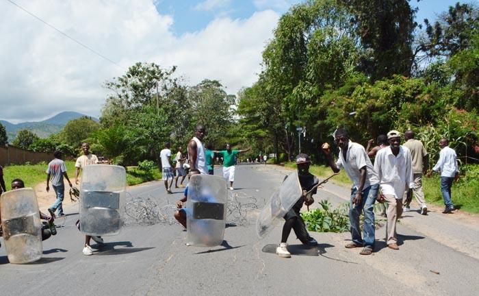 Les manifestants de Musaga avec les boucliers spoliés aux policiers ©Iwacu