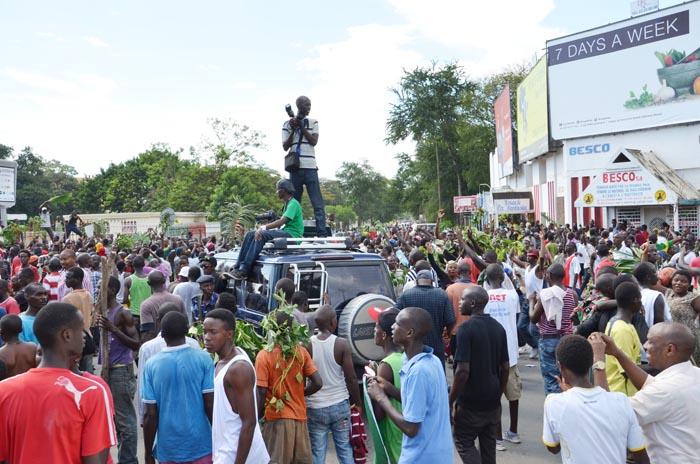 Après l'annonce du coup d'Etat, la population envahit les rues ©Iwacu