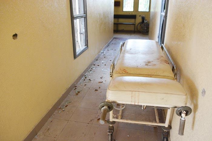 Des traces de balles sur les murs, les vitres cassées de l'hôpital Bumerec ©Iwacu
