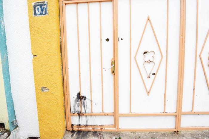 Impacts de balles sur le portail et des traces de sang