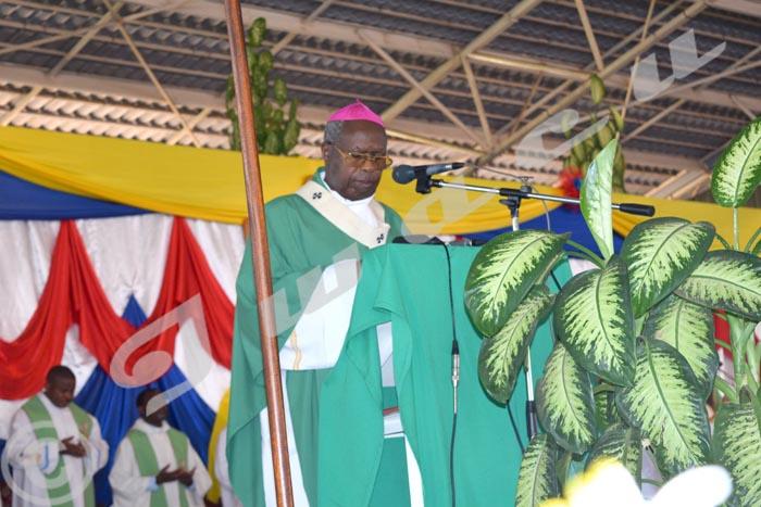 Mgr Ngoyagoye au cours d'une messe au sanctuaire mariale au Mont Sion de Gikungu